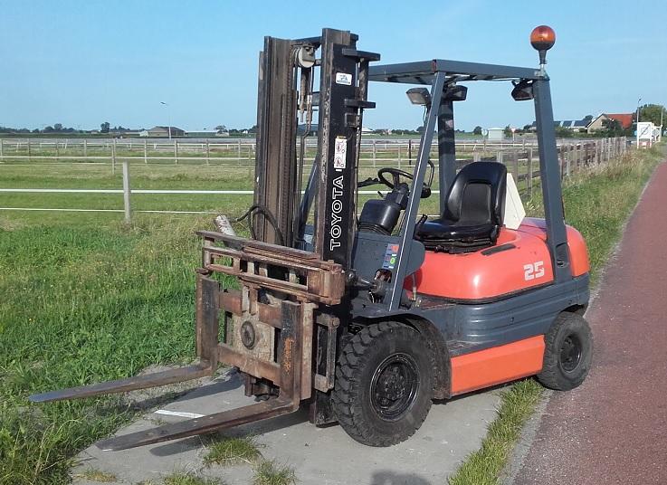Heftruck_Toyota_6FDF25_Diesel_Wijnker-breezand-noord-holland (1)